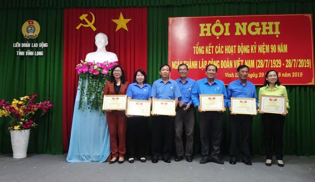 Đại điện Công đoàn Công ty nhận bằng khen cá nhân xuất sắc trong hoạt động 90 năm Công đoàn Việt Nam.