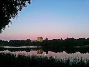 Photo: Nakvynė Plungės parkely prie kažkokio vandens telkinio :D Su pilnatim, kuri švietė tiesiai pro palapinės langelį, ir paukščiais, kurie davės visą naktį! :)