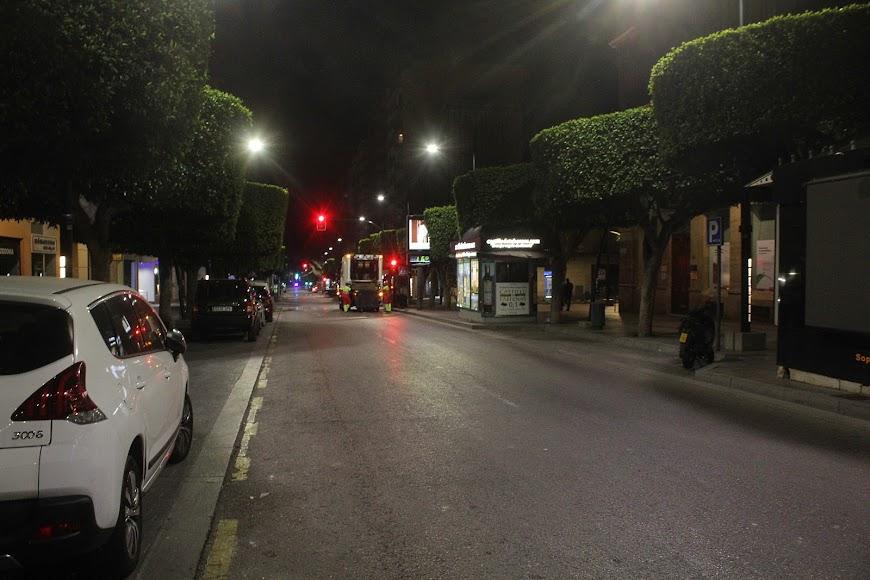 El servicio de recogida de basura y Policía los únicos vehículos en el Paseo de Almería.