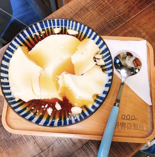 台北。大安 📍其實豆製所 🍋檸檬豆花$55  炎熱的夏天就是要來點清爽的甜品😚 這間豆花是運用自己研磨的豆漿去製成的 很真材實料👍🏻  雖然說是檸檬口味的豆花 但其實是黑糖