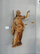 Photo: Ook hier is vrouwe Justitia gebinddoekt.