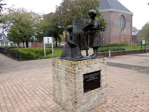 Photo: Standbeeld van Rembrandt van Rijn en Saskia, die in deze kerk zijn getrouwd.