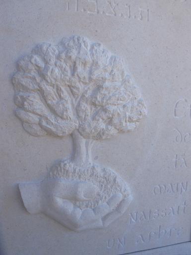 Main et arbre sculptés en bas relief en pierre de Berti