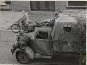 Photo: 1944 Gecamoufleerde vrachtauto met vluchtende Duitsers.