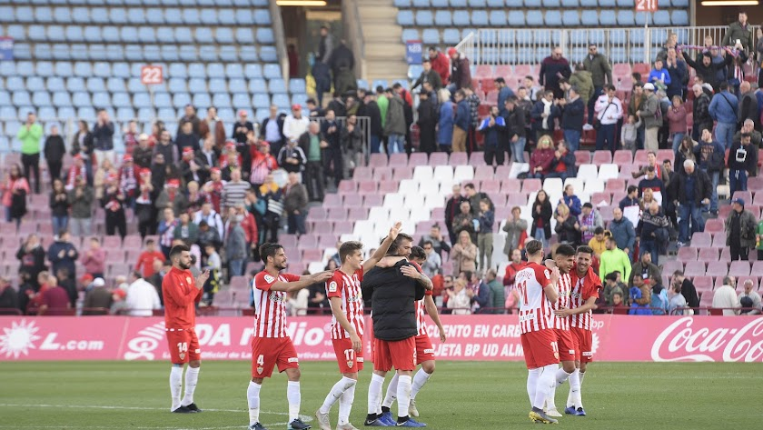 Los jugadores del Almería celebrando la victoria ante el Córdoba.