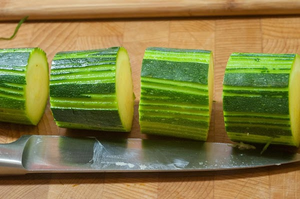 Cut the zucchini into 1.5-inch (4cm) lengths.