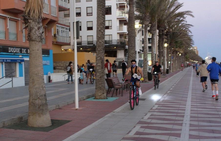Ciclista con mascarilla en el Paseo Marítimo.