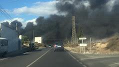 Columna de humo negro originada por el incendio.