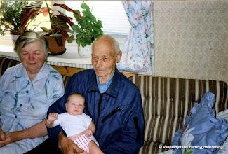 Photo: Viola f. 1918  d. 1996 och Ragnar Almqvist f. 1911 d. 2005  med barnbarnet Lena Larsson i knäet