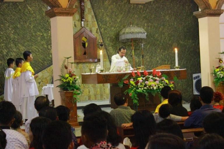 Misa Malam Natal, Umat Katholik Ngawi Padati Gereja Santo Yosef
