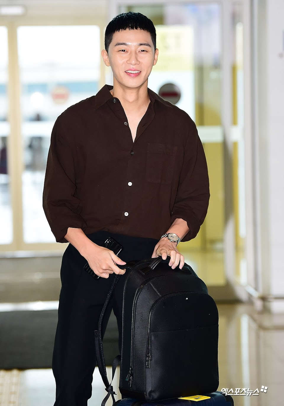 Park-Seo-Joon-Reveals-Charming-New-Chestnut-Shaped-Haircut