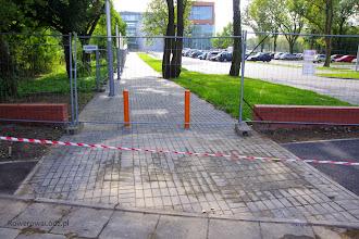 Photo: Z jednej strony niezrozumiały brak ciągłości w nawierzchni drogi dla rowerów. Ale mając na uwadze, że tu może wychodzić wielu pieszych to chyba dobrze w ten sposób zwrócić uwagę rowerzystów.