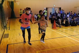 Photo: 生徒と走るじゅんたん。うしろにサッキー