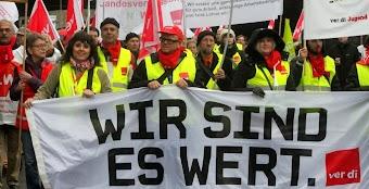 Demonstrantinnen mit verdi-Fahnen und Transparenten: »Wir sind es wert«.