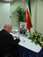 Photo: Mgr. Wiertz ondertekent het register