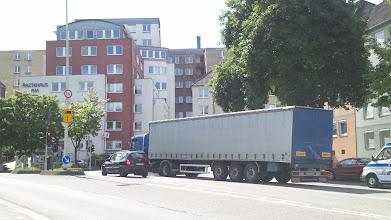 Photo: Das Ärztehaus am Buschey mit der heutigen Einmündung der Buscheystraße hinter dem Lkw.