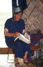 Photo: 03310 ハドブルグ家/麺作り/小麦粉に水を加えてこねる。薄くのばして1時間半おき、表面が乾燥したら重ねて細切りにする。