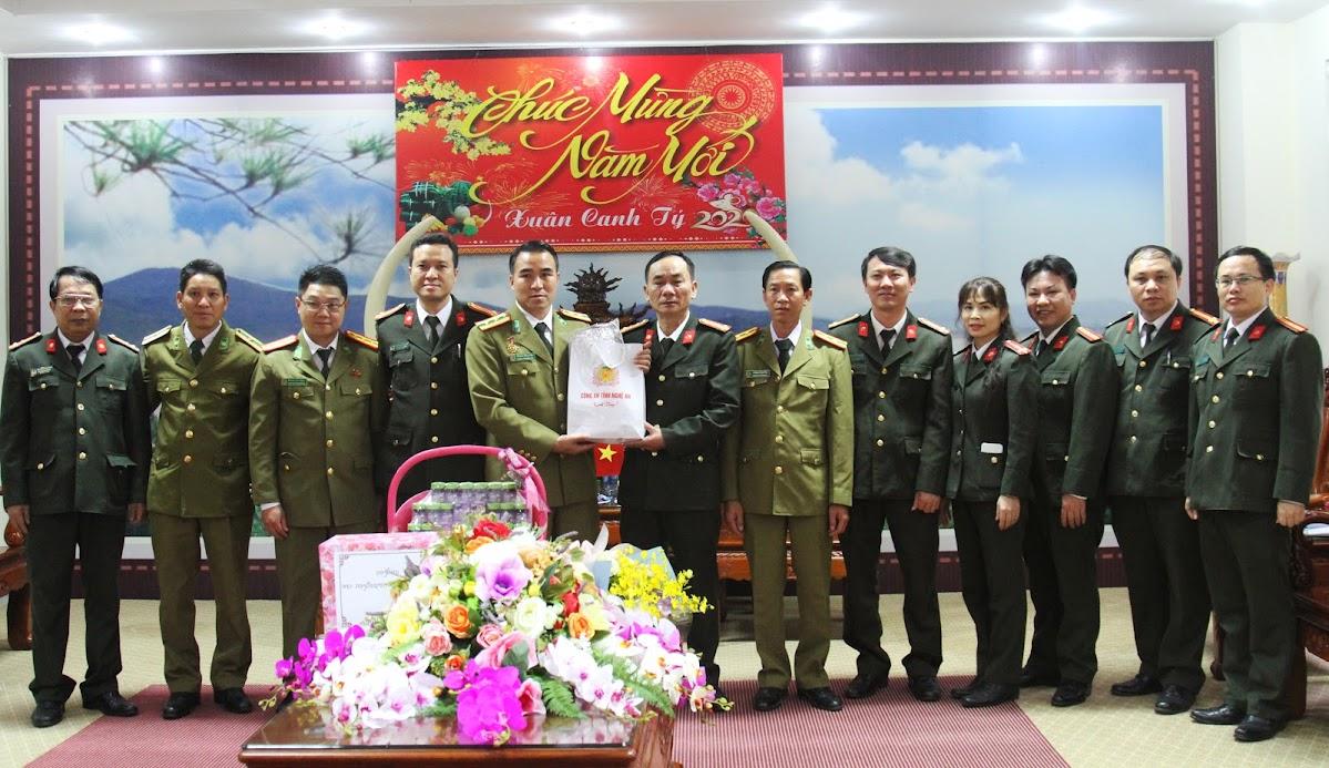 Công an Nghệ An tặng quà cho CBCS Công an tỉnh Hủa Phăn