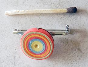 Photo: Broşă multicoloră quilling 1 Ornament : tehnica quilling, lacuit Bază rotundă, argintiu închis, interior 1,7 cm Preţ: 12 lei În stoc: 1 bucată  http://dekoratiuni.blogspot.ro/2014/05/brosa-multicolora-quilling-1.html