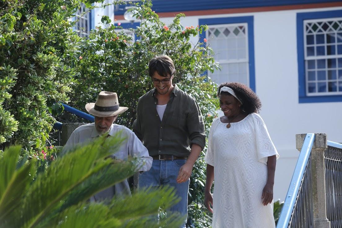 Atores brasileiros Gracindo Junior e Zezé Motta com o português Diego Morgado em cena de Ouro verde