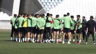 Pasillo de los futbolistas del Almería a Fran Fernández.