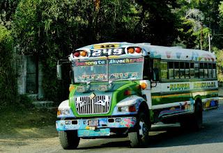 Photo: Auch in El Salvador beeindrucken die bunten Busse.
