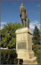 Photo: Turda, Piata 1 Decembrie 1918, parc, Statuia lui Dr. Ioan Raţiu - Monument istoric - Pe soclul statuii (pe latura fotografiata) , este reprezentat tanarul tribun depunand la Campeni in fata lui Avram Iancu, juramantul de credinta - 2019.10.01