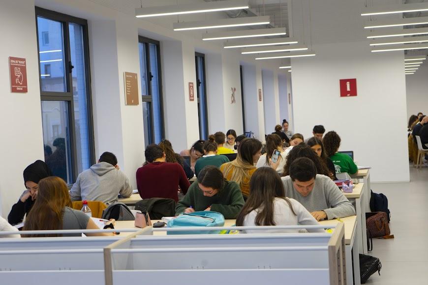 Sala de estudio de la biblioteca José María Artero.