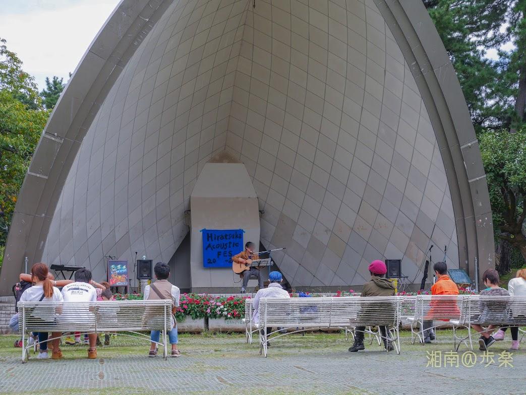 平塚総合公園 野外ステージ アコースティックな音源を聞きたいのだが、流れているのは貧相なアンプを通した雑な音