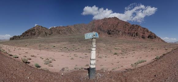 Nördlich von Murghab erfreuen rote Berge das Auge.