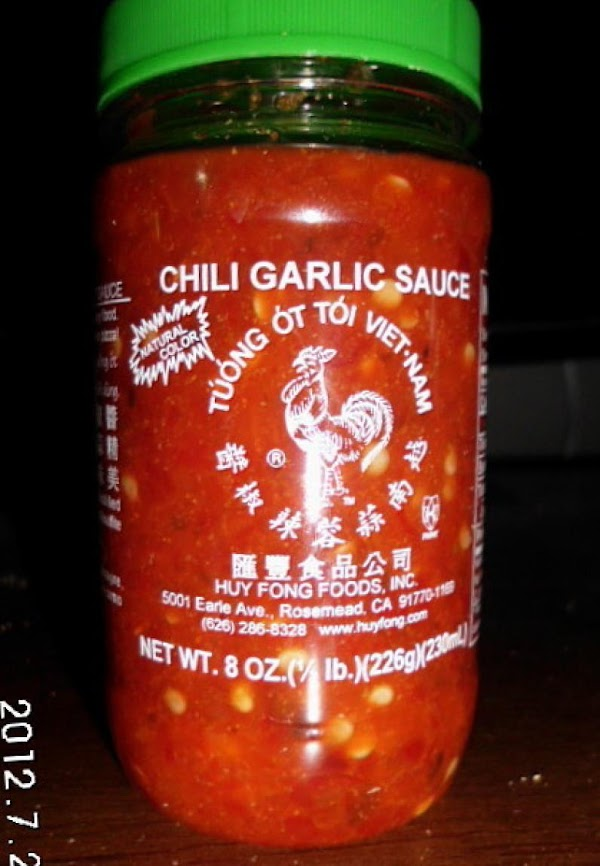 Mix mayo and chili sauce.