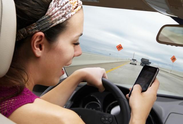 Guida con il telefono? Ritiro patente immediato e multa di 600€