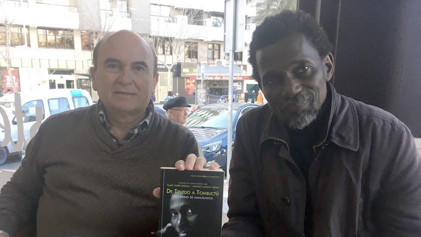 Ismael diadié y Antonio Llaguno, en la Cafetería Colombia de la capital con su nuevo libro.