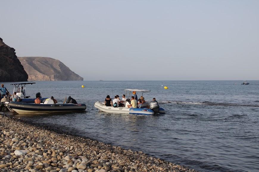 Embarcaciones que llevan a los turistas a las calas del Parque Natural Cabo de Gata-Níjar.