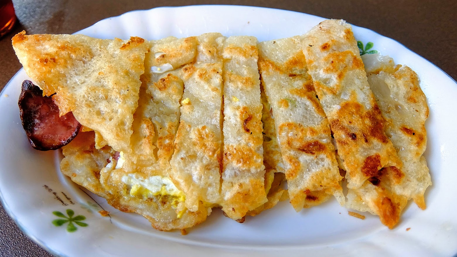 是麵糊傳統蛋餅,蛋餅皮酥脆可口,趁熱吃真的是脆脆的~
