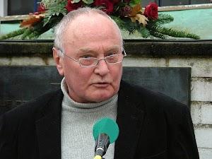 Jürgen Schuh am Mikrofon.