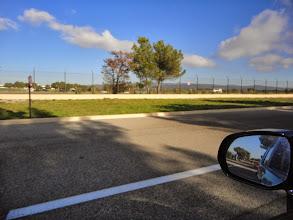 Photo: La route d'accès aux différents éléments du circuit et aux tribunes est assez longue, vitesse limitée à 40 km/h de ce coté du circuit !