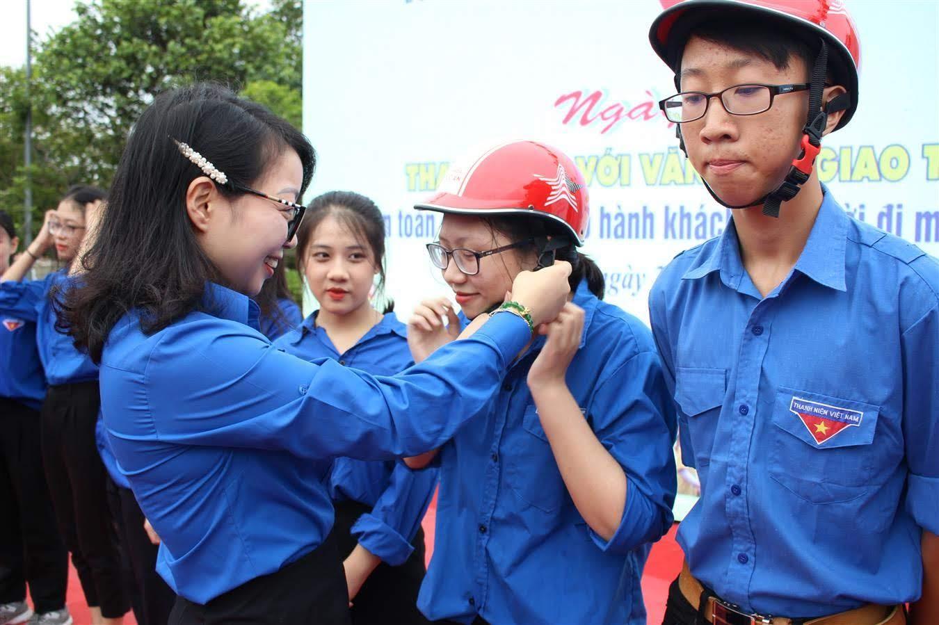 Phát mũ bảo hiểm cho các đoàn viên tại lễ phát động