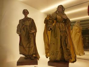 Photo: Musée des Santons: collections de santons du XVIIesiècle à nos jours, situé dans l'ancien corps de garde du XVIesiècle.