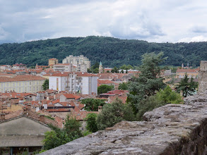 Photo: Gorizia i okoliczne wzgórza z punktu widokowego w pobliżu zamku.  W swojej historii, zamek w tym mury obronne i wieże,  kilkakrotnie przechodził zmiany i pełnił różne funkcje, w tym: centrum administracyjnego, koszar, więzienia.