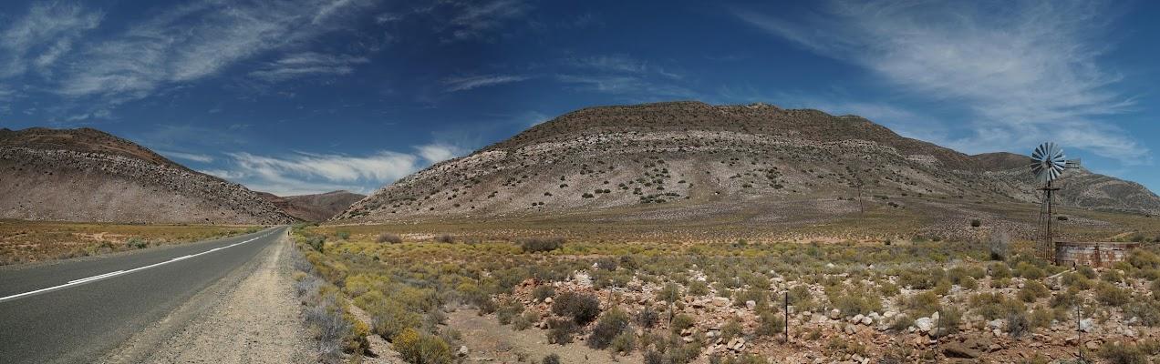 Windrad vor den Ausläufer der Swartberge