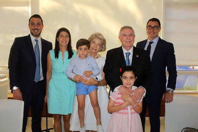 Fernando Brea y su esposa junto a sus hijos y nietos.