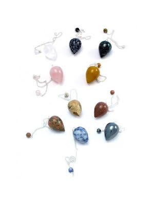 Konformad pendel i olika ädelstenar med pärla på kedjan