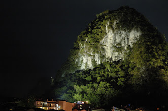 Photo: 岩壁在燈光照下很美 如果打了耳片就可以夜間攀登了