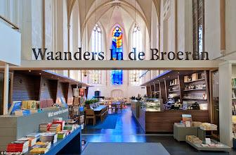 """Photo: Domingo de libros, domingo de Ruta Librera.  Hoy viajamos a Zwolle, en los Países Bajos. Es un lugar no demasiado grande que conserva un aire medieval debido a que muchos de sus edificios datan del siglo XV. Pero de entre todo ellos, si tengo que quedarme con uno, es con la """"Broerenkerk"""", nuestra librería de hoy. Se trata de una iglesia fundada en 1465 por los dominicanos, que pasó por distintas manos hasta acabar finalmente cerrada en 1982. La firma de arquitectos """"B K Architecten"""" la convertiría en lo que es hoy, la fabulosa """"Waanders In der Broeren"""" Ni que decir tiene que el lugar es realmente impresionante, han conservado el carácter original, vidrieras, columnas, el magnífico órgano de tubos y se han añadido 700 metros cuadrados para albergar la enorme cantidad de títulos que nos podemos encontrar allí. Tres plantas con accesos laterales muy cuidados y un pequeño restaurante por si queremos sentarnos a descansar, mientras observamos la magia del lugar completan la sensación de estar dentro de un sueño. Un lugar francamente hermoso, lleno de historias, tantas como las que contienen las páginas que custodia.  No me cabe duda de una cosa: hoy os traigo un verdadero templo literario. Fuente fotografías: http://www.fastcodesign.com/"""