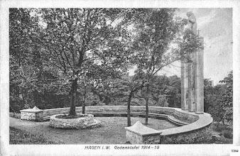 Photo: Das Gefallenen-Ehrenmal in seiner ursprünglichen Fassung mit der Skulptur ,Hoffnung' des Künstlers Dorn, welcher auch in der Cuno-Siedlung (Hagen-Kuhlerkamp) wirkte. Diese Ansichtskarte wurde im Juli 1925 verwendet.