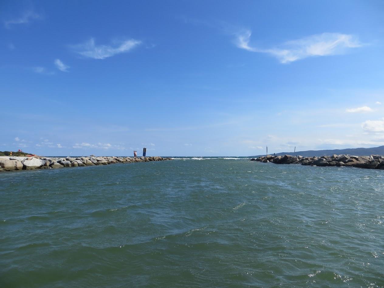 Канал, разделяющий пляж