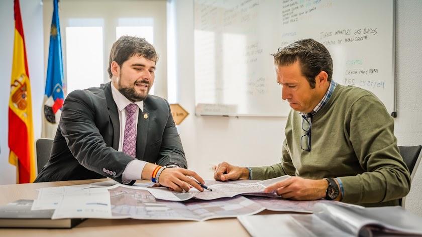 El concejal y el arquitecto municipal.