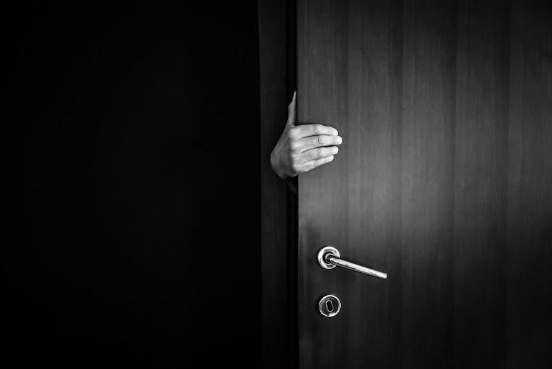 E se qualcuno, di notte, aprisse la tua porta? di E l i s a E n n E