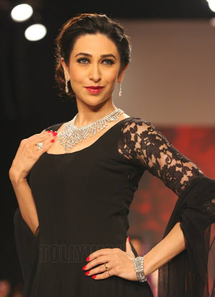 Karishma Kapoor rampwalk, Karishma Kapoor jewellery fashion show, Karishma Kapoor in black,